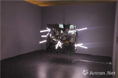 艺术 正文     纤维,玻璃,综合材料甚至声,光,电,动态雕塑,电子感应