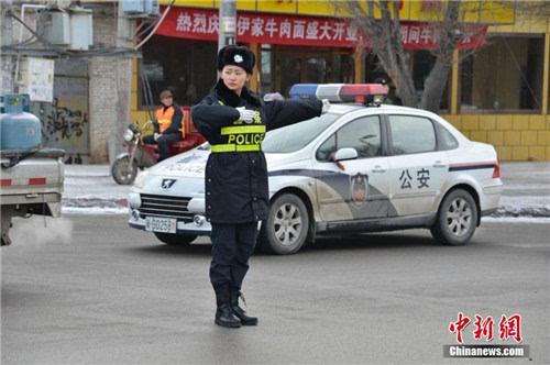 新疆美女交警暴雪天执勤 领娃过路口