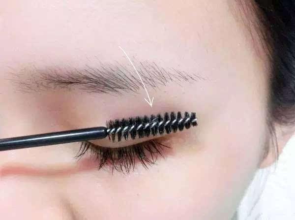 的眉型,使用眉笔画出形状唷~   其实大部份女生都是这种状况,眉峰