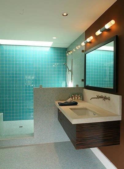 7个4 卫生间装修效果图 长条镜子壁挂卫浴柜省空间图