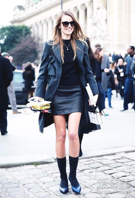 灰色半高领毛衣搭配黑色短裙