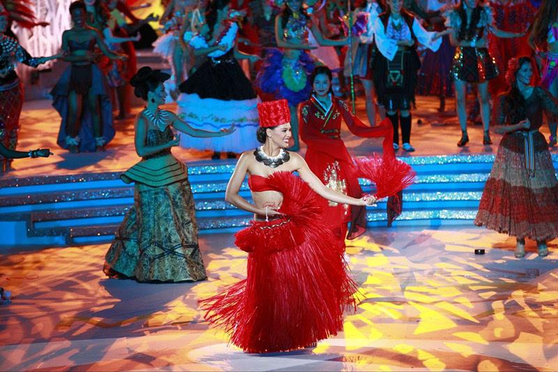 精彩纷呈的各民族舞蹈点亮开场,凤凰卫视著名主持人周瑛琦担任本