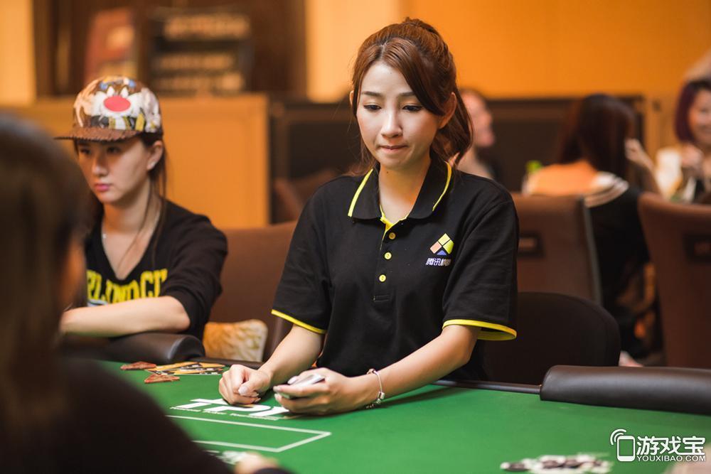 腾讯德州扑克锦标赛现场 最美荷官清纯可人
