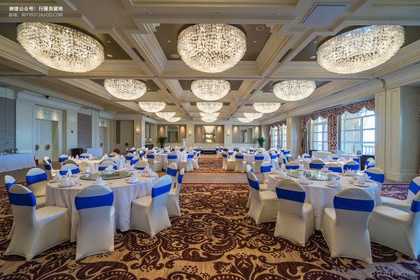 酒店的大宴会厅以暖白色为主基调