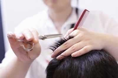 """忘记和理发师交代,结果理发师一刀就把自己头发里长的""""福痣"""""""