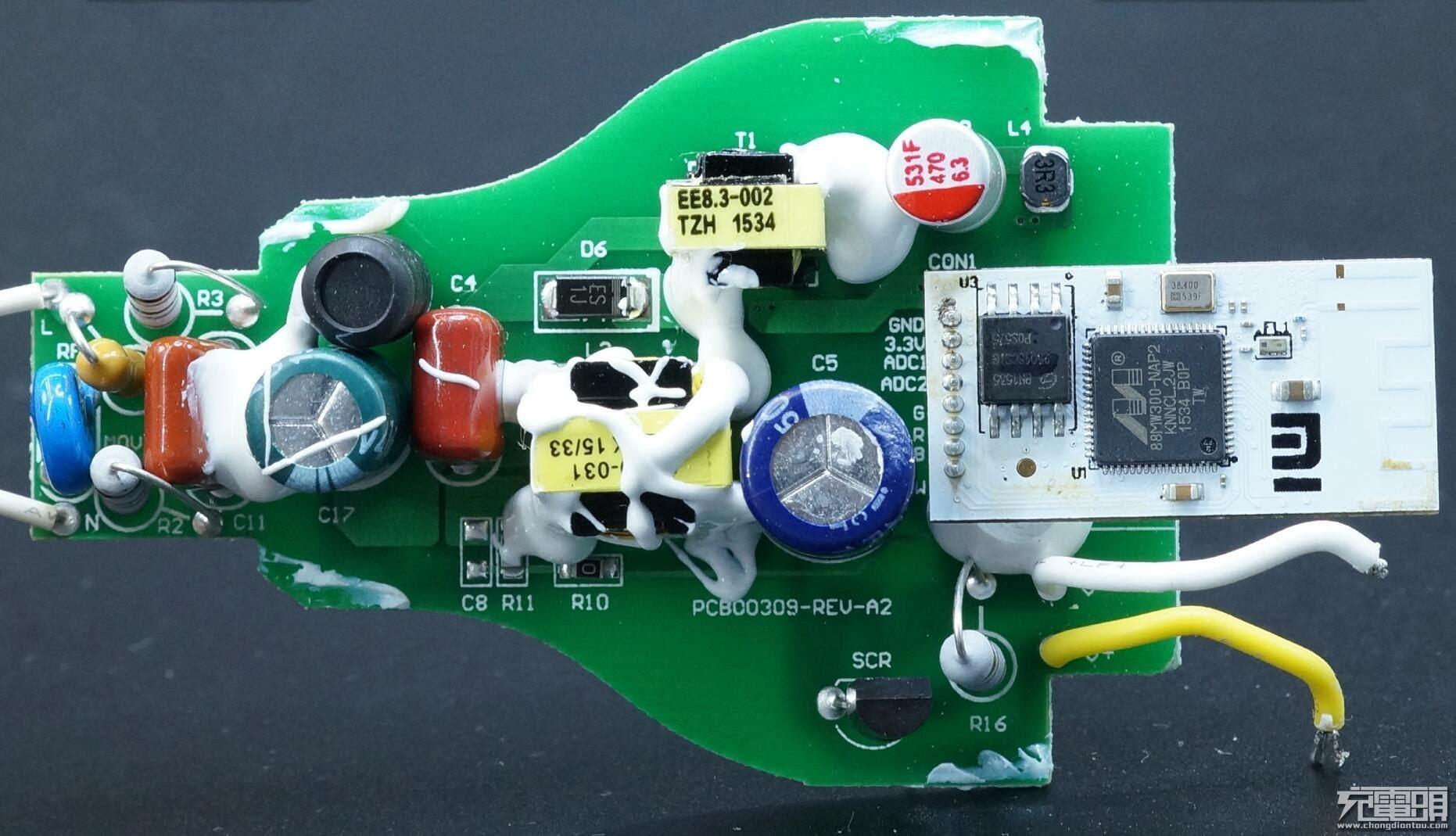 拆开灯的时候我们发现了两只开关变压器,yeelight led灯泡(白光版)