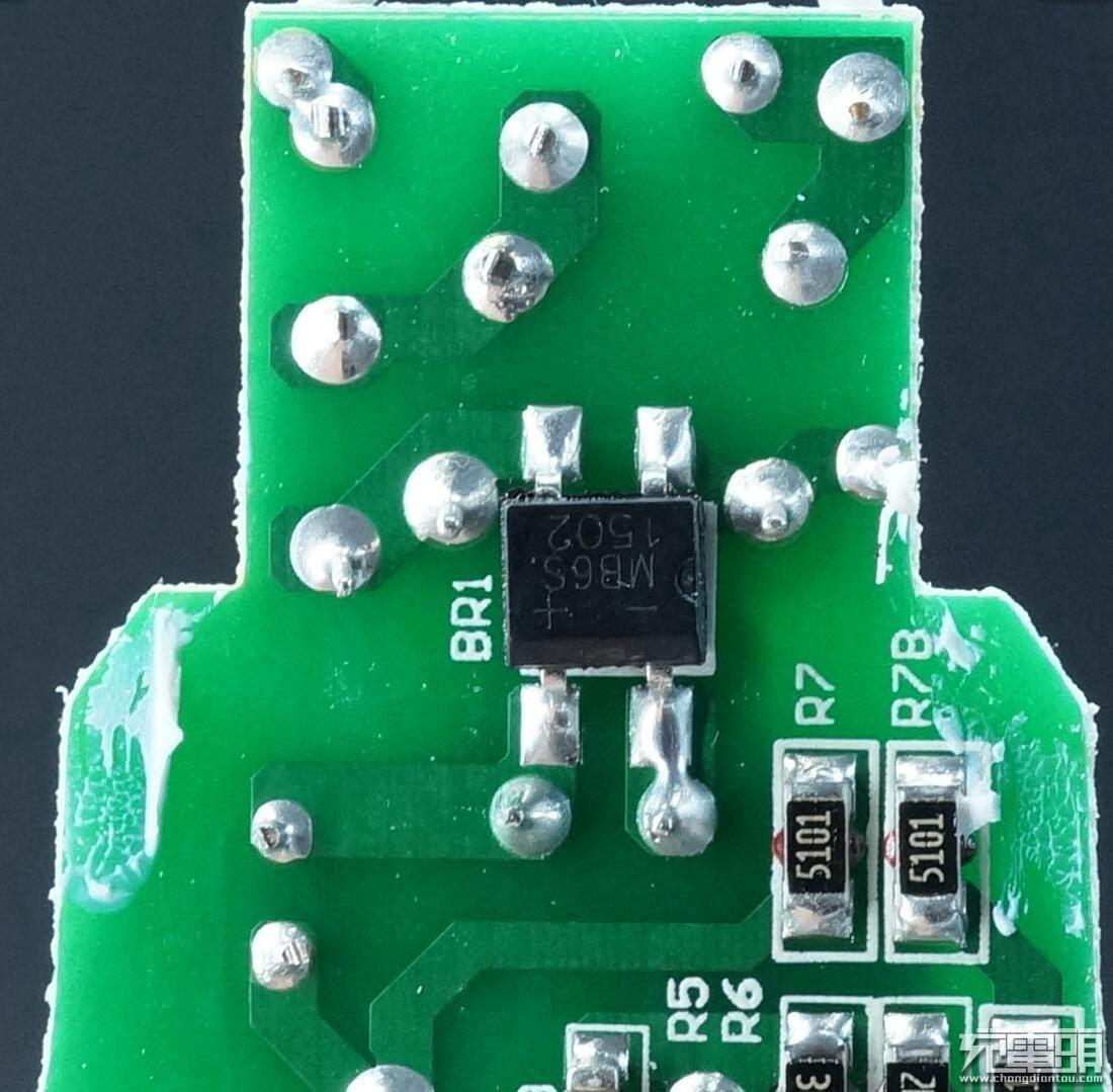 黄框ic型号GD25Q16CSIG 来自 兆易 GIGADEVICE 16Mb SPI FLASH;红框ic型号88mw300 是Marvell IoT微控制器88MW300,整合了Cortex-M4 MCU与WiFi的多合一控制芯片,相当于智能灯泡的大脑;右上角还有一枚显眼的固态电容。