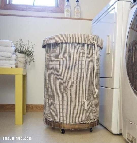 超实用圆筒造型洗衣筐手工制作,将脏了的衣服随手丢入里面,就不会弄得家里到处都是脏衣服了,对于平时工作比较繁忙而又喜欢整洁的人来说很有必要配备一个哦~~ 材料准备:1个实木圆底,铁网,螺丝,滚轮,布艺收纳袋。
