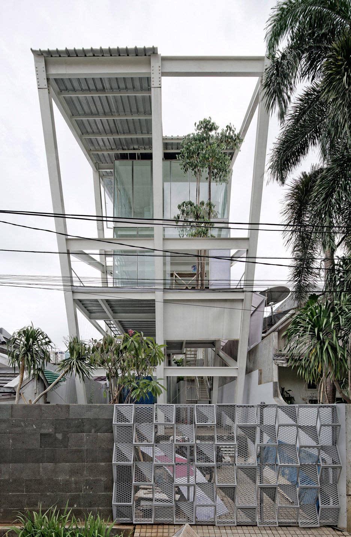 这座斜坡屋顶上的房子