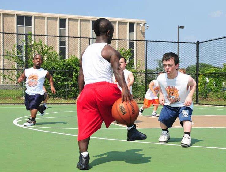 矮人乔丹打篮球原来是这样的 身高1米35打励志篮球获名人关注年赚50万