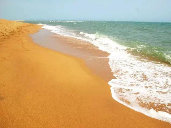 坐在玉带似的沙滩上吹着柔柔的海风,看着海浪拍打着远处的圣公石,等待夕阳,就让时间在指缝间慢慢流逝   3.万宁站   大溪地or黎族村舍?   占公子看《非诚勿扰2》时,便被万宁石梅湾的美所震撼。后来才知道,原来海南还有这么一个美丽却少有人知的海湾,静美得如同世外桃源。   石梅湾