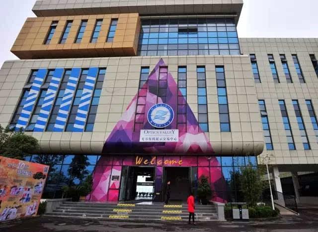 武汉目前拥有的9家保税店   不仅如此,湖北自贸区申报成功,   第九家保税店   至此,武汉超过了上海、深圳,   在全国拥有最多的保税店!