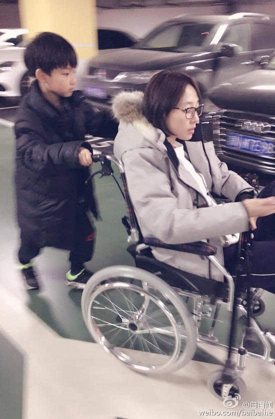 元宝为妈妈推车   近期白百何在录制节目时受伤,导致轻微骨折。12月29日上午,白百何在微博晒自己坐轮椅照,儿子悉心照顾让白百何倍感温暖:走累了,我们就在商场里的休息区坐着歇会。坐下元宝就说:妈妈我可以推着你溜达,这样你就不累了回车上的一路就是我大儿子一直推着我照片中的白百何素颜带黑框眼镜,身穿灰色羽绒服坐在轮椅上,儿子元宝已有半人高,俊朗帅气,在后面推着轮椅,画面温馨。   白百何在荧幕中一向以古灵精怪示人,网友看到元宝,有点难以置信:明明是个少女,孩子却这么大了。儿子好帅