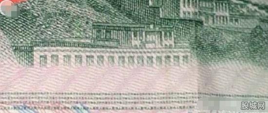 男子用放大镜看人民币