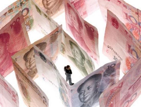 [转载]男子用放大镜看人民币