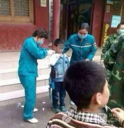 游客泰国吻蛇被咬 如何安全带孩子逛动物园?