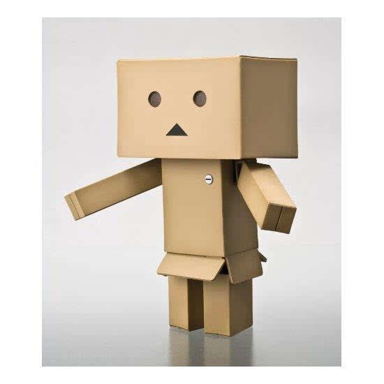 Danboard 纸箱人阿楞是出自日本治愈系漫画《四叶妹妹》。在漫画中,阿楞是由四叶妹妹的朋友们「研发」的机器人,其实里面是她的朋友美丽在穿戴着行走,但是为了不打破四叶妹妹的美好幻想,她们骗四叶说是自己会动的机器人。漫画中的机器人是纸盒做的,眼睛会自己发光,只要投入硬币就可以自己行动。   海洋堂 纸箱人阿楞,相信各位在网上各种手机壁纸等图片里都看到过这个纸箱人吧,时而忧郁时而高兴,十分可爱,也很招人喜欢呢,这款阿楞纸箱人由海洋堂出品,海洋堂(KAIYODO)成立于1964年4月1日,是总部设在日本大