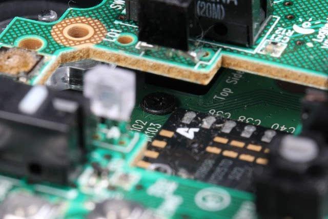 鼠标下层电路板上还有两颗固定螺丝