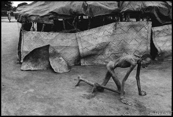 这张震撼人心的照片由《时代》杂志的摄影师詹姆斯·纳赫特韦(James Nachtwey,当今世界最广为人知也是最受赞誉的战地摄影师之一)于1993年拍摄,照片中的男人位于南苏丹的食物中枢,却因饥饿连站立都困难,正濒临死亡的边缘。   苏丹面临的饥饿灾难源于1983年的一场内战,悲剧的是,这张照片所展现的画面还不是饥饿最为严重的时候。1998年饥饿已经达到了流行的程度,据了解已经有超过7万人因饥饿丧生,超过一百万人受到影响。目前,饥饿仍然是苏丹一大问题,约420万人面临着饥饿的危险,3万