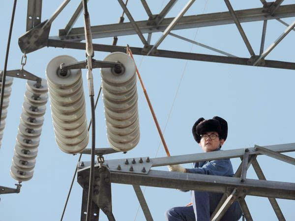 绝缘子的优劣直接影响着高压输电线路的安全运行,而瓷质绝缘子属于可