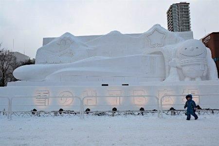 日本札幌冰雪节开幕 各式造型雪雕亮相(图)图片