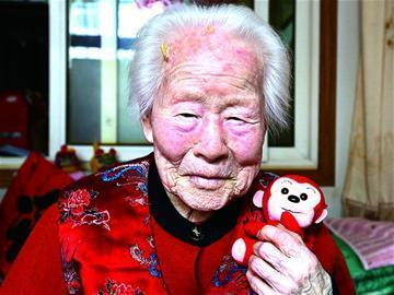 青岛百岁老寿星晒新愿望:愿自己健康孩子快乐