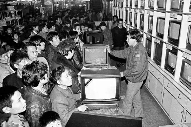 八十年代,彩电,冰箱,洗衣机,录音机四大件开始走进寻常人家.