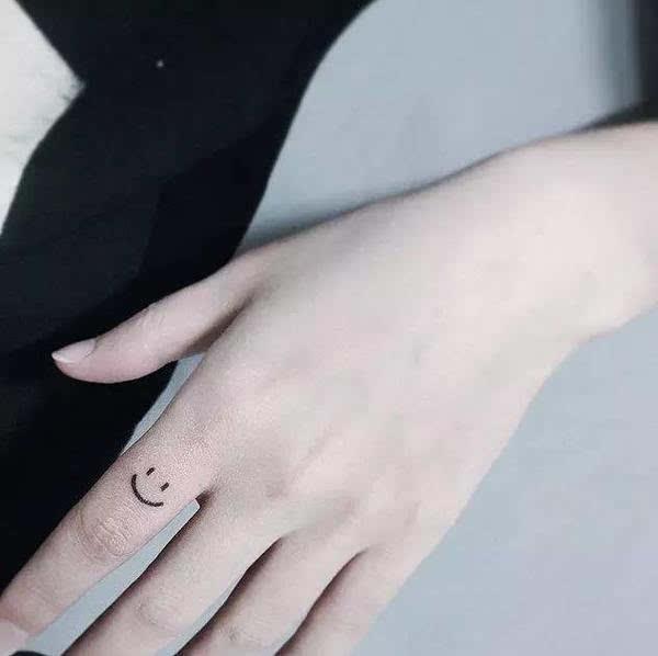 手指纹身适合小图案,弄得太大,太复杂不容易体现细节,简单单单的才最