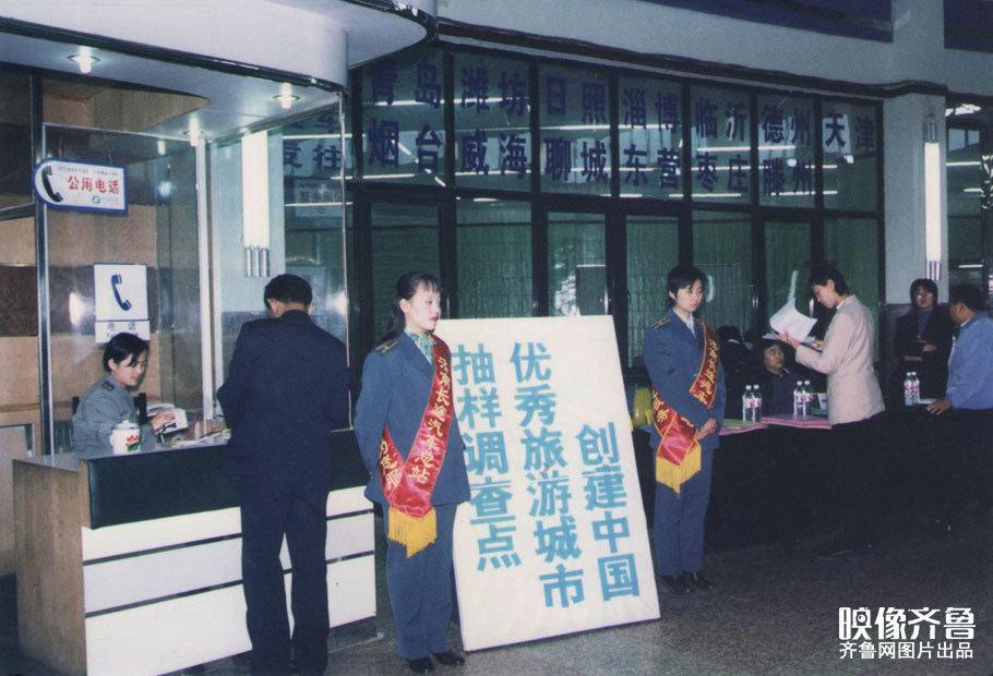 春运 那些年的长途汽车站服务台高清图片