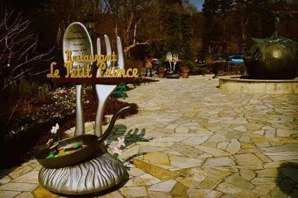 筹备了12年,全球第一家也是唯一的一家小王子博物馆。不是什么新景点,1999年开幕至今。这家小王子博物馆距离箱根汤本有点路程,在仙石原那边,如果你是住仙乡楼温泉旅馆的话过去就很方便,因为就在附近。