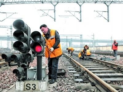 信号机检修,轨道电路检修,道岔检修……所有工序紧张有序完成后,不