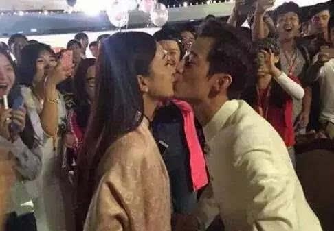 2015年9月18日有网友在微博晒出赵丽颖与何炅亲吻的照片,照片中图片