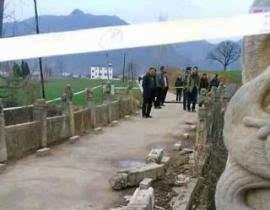 河南栾川嘉庆年古桥石刻春节被盗 现场拉警戒
