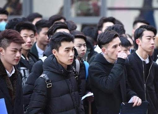 2016年艺考相关报道:今日,北京电影学院、中央戏剧学院、中国传媒大学三所高校2016年艺考同时开幕,考生忙赶场。考场外帅哥美女云集,素颜颜值颇高。   关注 娱乐范微信公众号:yulefan8(长按可复制),推荐最新最火爆的娱乐资讯,随时了解明星动态,与自己的偶像更近一点,还能和美女小编一对一私聊喔!