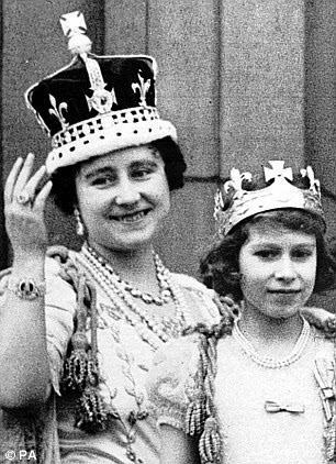 王后伊丽莎白(左)戴着