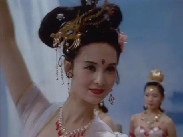 据说,饰演者邱佩宁出身于军队世家,其父为将军级人物。曾嫁给军队高官的儿子,后来改嫁一位美籍华人,常年国外或香港,是家集团公司的董事长。  3.杏仙饰演者王苓华 不知道还有没有人记得这个姐姐,她出场不多,一颦一笑间却甚是勾人,优美的舞姿给观众留下了深刻的印象。不同于老鼠精那样摄人心魄的妖媚,而是种健康的明媚,也许因为她真身是水果?