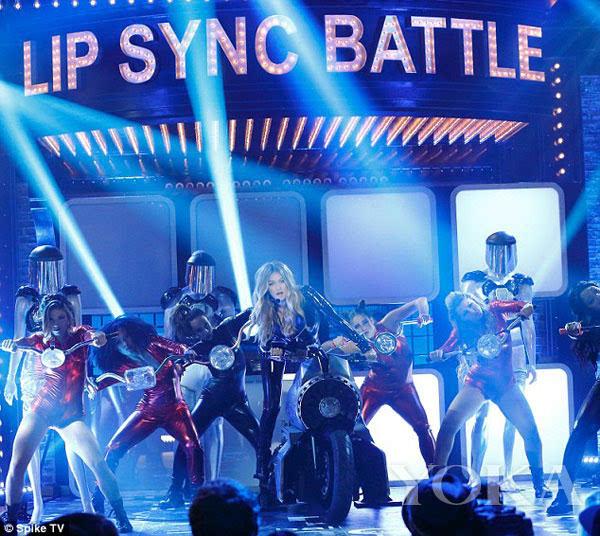 Gigi Hadid On Lip Sync Battle Video: Gigi乳胶衣现场假唱 后街男孩惊喜助阵_搜狐其它_搜狐网