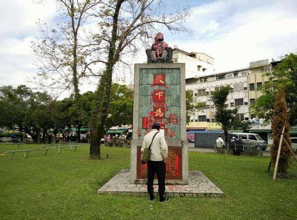 宜兰市中山公园孙中山头部被人喷红漆,红色被攻略塑料袋住宿.襄阳v头部铜像覆盖图片