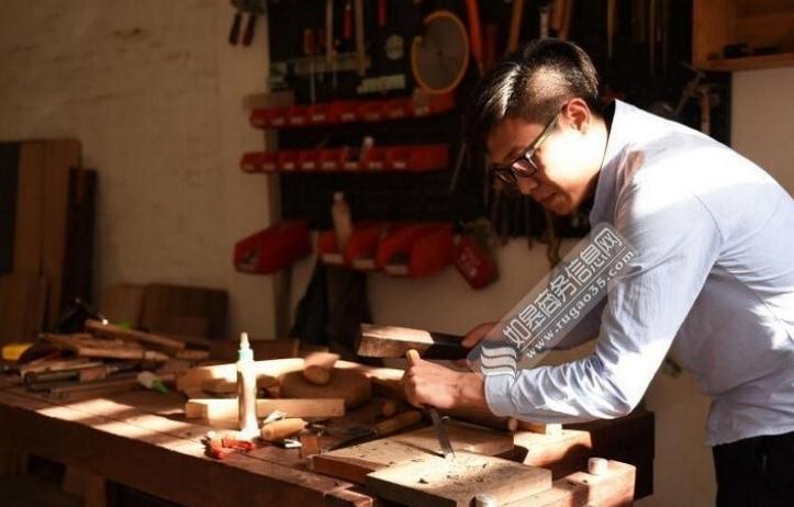 重庆老师成木头控全球寻木做标本库 常在工作室制作木头工艺品图片