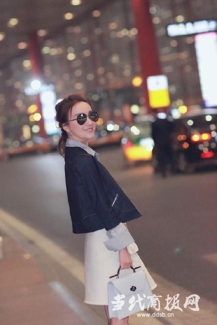 吴昕巴黎时装周清爽搭配现身机场 轻松俏皮造型获赞女神范十足图片