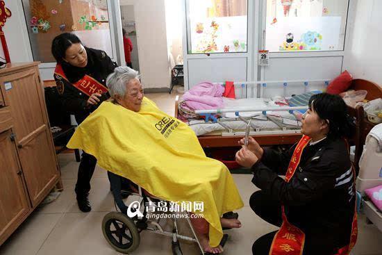 青岛公交姐妹花成养老院发型师 三年义务理发上千次