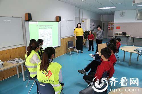 亚太森博志愿者与外籍小学生一起diy造纸图片