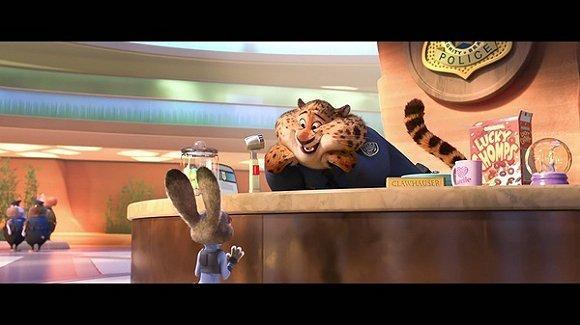 可到了《疯狂动物城》里 这头豹子跑去当前台了 胖得连头水獭都追不上
