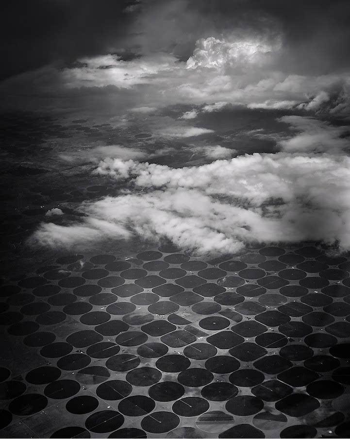 系列黑白分明的抽象画.从天空俯 河流匍匐蜿蜒、一流而过,仿佛白