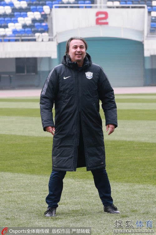 石家庄永昌赛前热身 主教练亚森轻松微笑图片