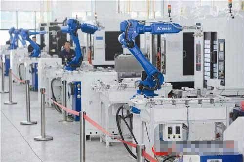 劲胜精密的智能工厂生产线,工业机械手被广泛应用.(记者 郑志波 摄)