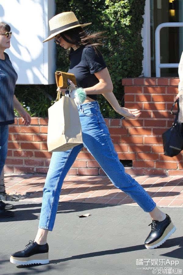 金小妹街拍玩转高腰裤 厚底鞋,这大长腿要逆天图片