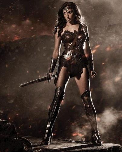 但是,当盖尔·加朵扮演的神奇女侠变身大战终极boss毁灭日之时,挨了