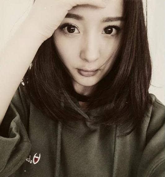 3月27日凌晨,杨幂在网上晒出一张自拍,照片中,她用手轻轻模仿着