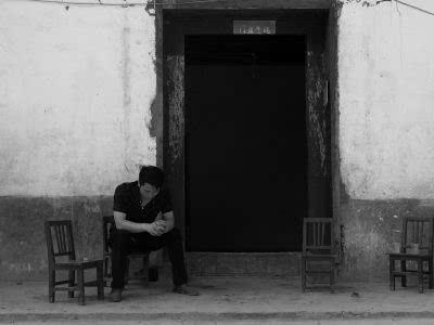 王涛/王涛坐在家门口,一筹莫展。京华时报记者怀若谷摄